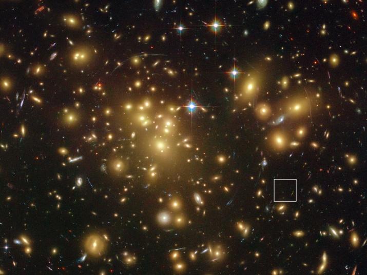 Imagen de cúmulo de galaxias Abell 1689. El recuadro muestra la galaxia A1689-zD1.