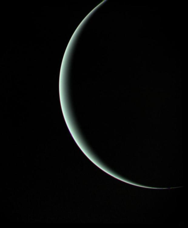 Urano creciente visto por Voyager 2 en su viaje a Neptuno.