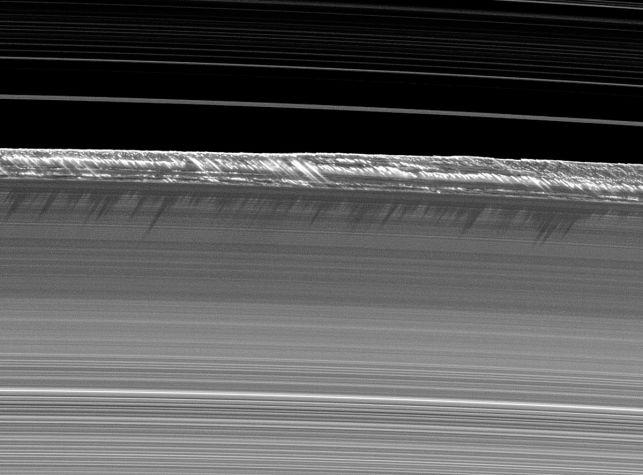1200px-PIA11668_B_ring_peaks_2x_crop